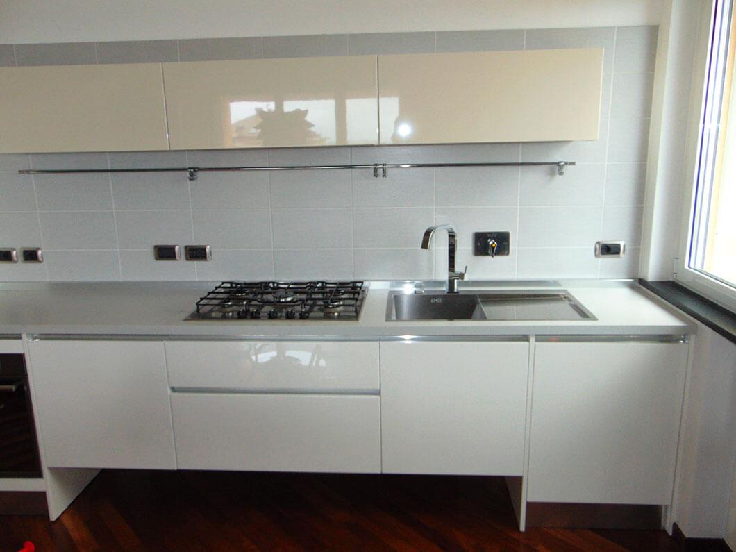 Cucina lineare sospesa laccata lucida in open space