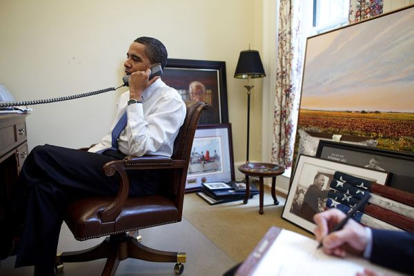 800px-Barack_Obama_on_the_phone_in_his_private_study