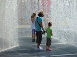 Familienspaß im Springbrunnen