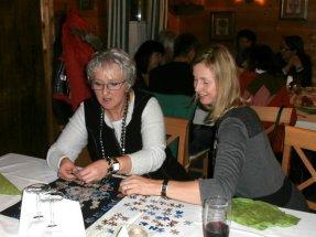 Christa und Susi setzen Christa zusammen (Puzzle)