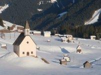 Charakteristisch für Obertiliach: Scheunen und Kirchen