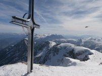 Blick am Gipfelkreuz vorbei nach Süden (mit Föhnstimmung)