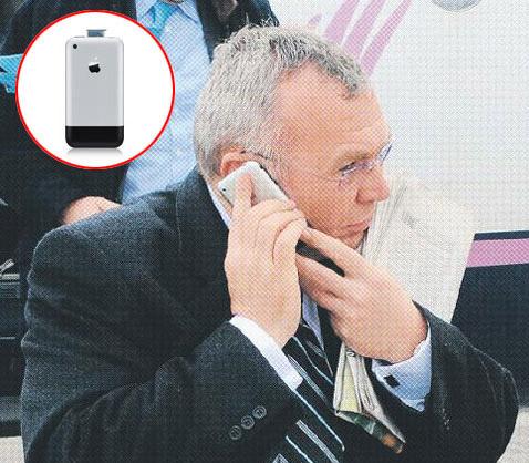 Der Kanzler und sein iPhone (c) APA/Holzner, Quelle: epaper der Kleinen Zeitung, Montage: Thomas Sommeregger