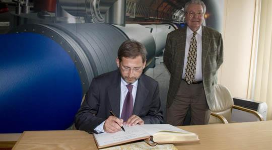 Johannes Hahn auf Besuch im CERN (c) Cern