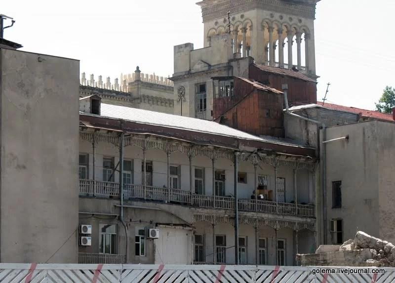 Со двора дом, помимо всего прочего, имеет традиционные тбилисские балконы.