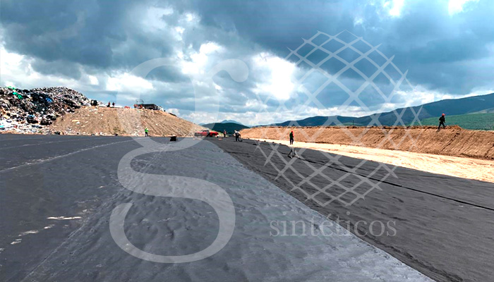 Nueva obra Guanajuato. Tendido de #geotextil no tejido de #polipropileno de 275 grs. en la base de la nueva celda del #relleno #sanitario de #Silao.