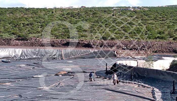 Forrando el vertedero, muro y escalinatas, a punto de terminar el #lago artificial en Querétaro, 90 mil m2. #HDPE y #GEOTEXTIL. Obra magna.