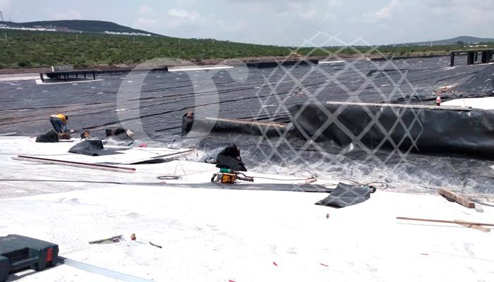 Forrando los muros del #LagoArtificial. Querétaro. #HDPE y #Geotextil. #Verano 2019.