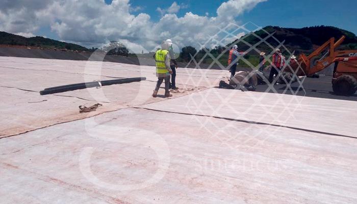 Talud con #Geotextil no tejido y #Geomembrana, piso con geotextil no tejido, bentonita y geomembrana. Relleno sanitario en Morelia, Michoacán.
