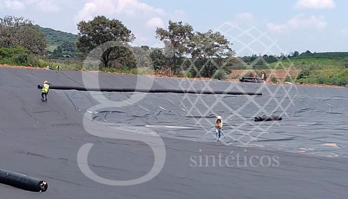 Instalación de la cuarta capa de geotextil de 400g. La cual es la última, y servirá de protección para la membrana de HDPE, debido a que la protegerá de la grava que se colocará arriba.