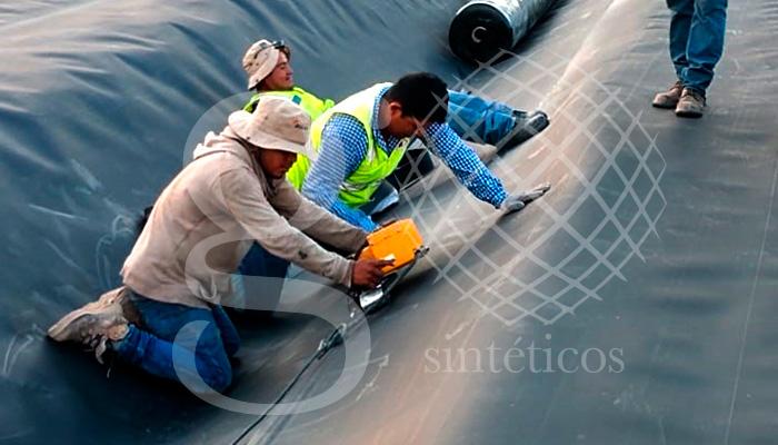Obra de #RellenoSanitario en: Nuevo Laredo, Tamaulipas. 20 mil metros cuadrados, continuamos trabajando con material #HDPE de la más alta calidad y doble capa de #Geotextil.