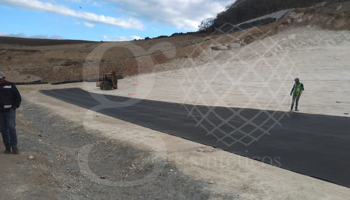 La primera capa es #geocompuesto, tiene 40mts de largo por 5.10mts ancho, a este material le damos un traslape de 15cm, en medio se le coloca la ventonita que es un polvo que actúa como un tipo de arcilla. La segunda capa es #geomembrana de 1.5mm.
