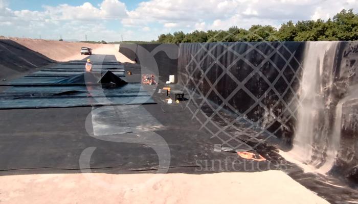 Instalación de #geotextil para protección de siguiente capa de #geomembrana, instalación de 42 mil m2 con material de 1 mm sobre una laguna de planta tratadora en Delicias, Chihuahua.