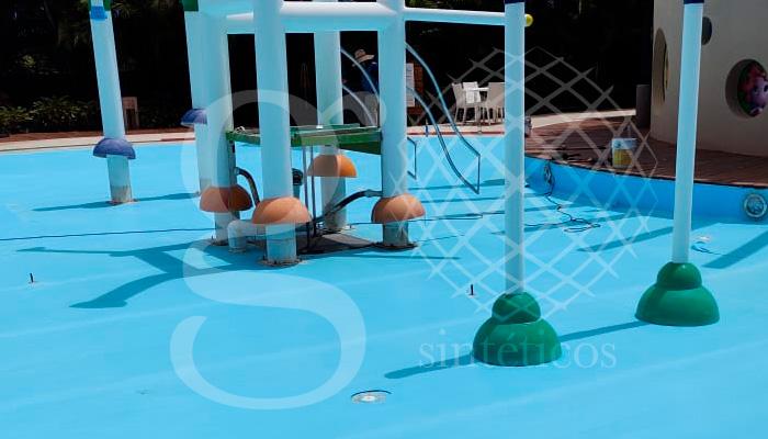 Suministro e instalación de #Geomembrana de PVC para albercas de 1.5mm en color azul claro para impermeabilización de zona de juegos.