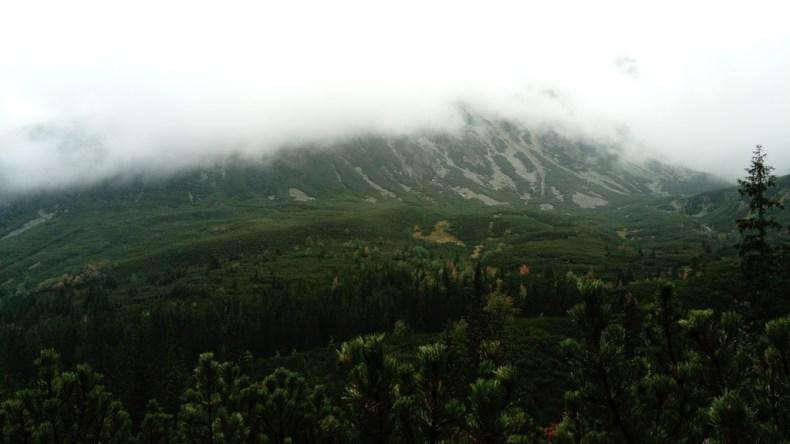 Zasłonięta przez chmury Żółta Turnia i Granatyb