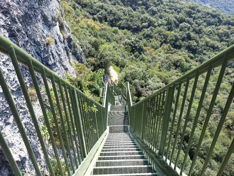 Drugi odcinek schodów na szlaku Busatte-Tempesta