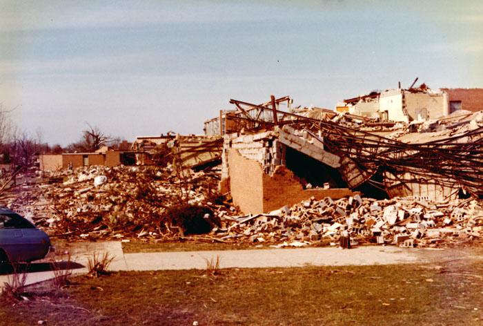 Liceum w Xenii po przejściu tornada.