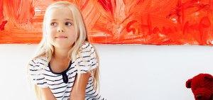 bambina in casa riscaldata con pompa di calore