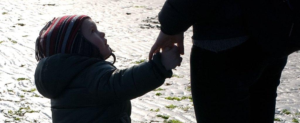 comportamento responsabile ambiente e diritti civili: bambino che guarda con fiducia adulto