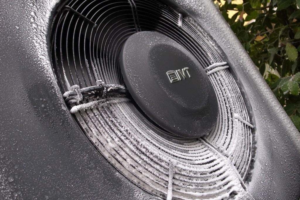 IVT AirX pompa di calore aria-acqua particolare frontale con brina a -5°C esterni e presenza di umidità nell'aria
