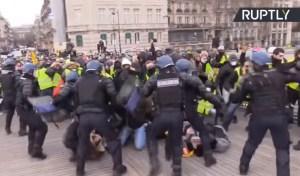 Gele hesjes in Frankrijk woest over politiegeweld