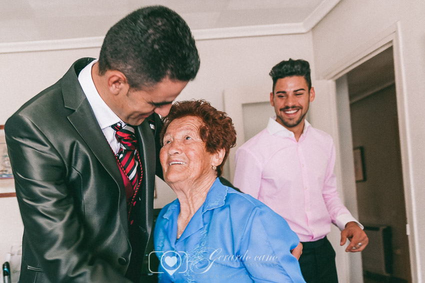 Fotos de boda emotivas con la abuela del novio