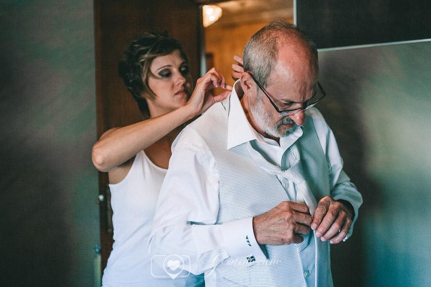 Novia ayudando a su padre a prepararse