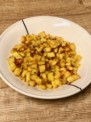 krokante kruidige aardappelblokjes
