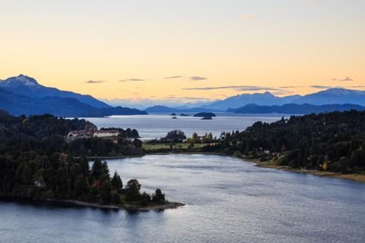 Seenlandschaft bei Sonnenuntergang in Bariloche