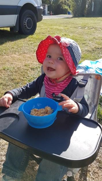 Lilly freut sich über ihr Rührei