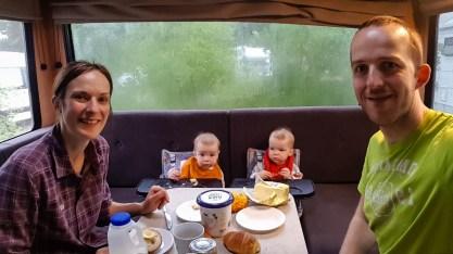 Frühstück bei Regen im Camper