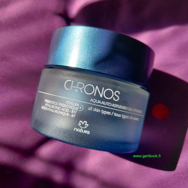 Chronos Aqua Gel Ultra Désaltérant aux actifs naturels recharge instantanément votre peau en eau et stimule son auto-hydratation. Hydratation active, prébiotique et intelligente À la Fevillea du Brésil, aux prébiotiques, à la bétaïne de betterave et à l'acide hyaluronique
