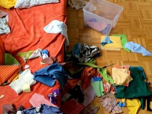 Stoffreste vom einjährigen Sohn sorgfältig ausgesucht
