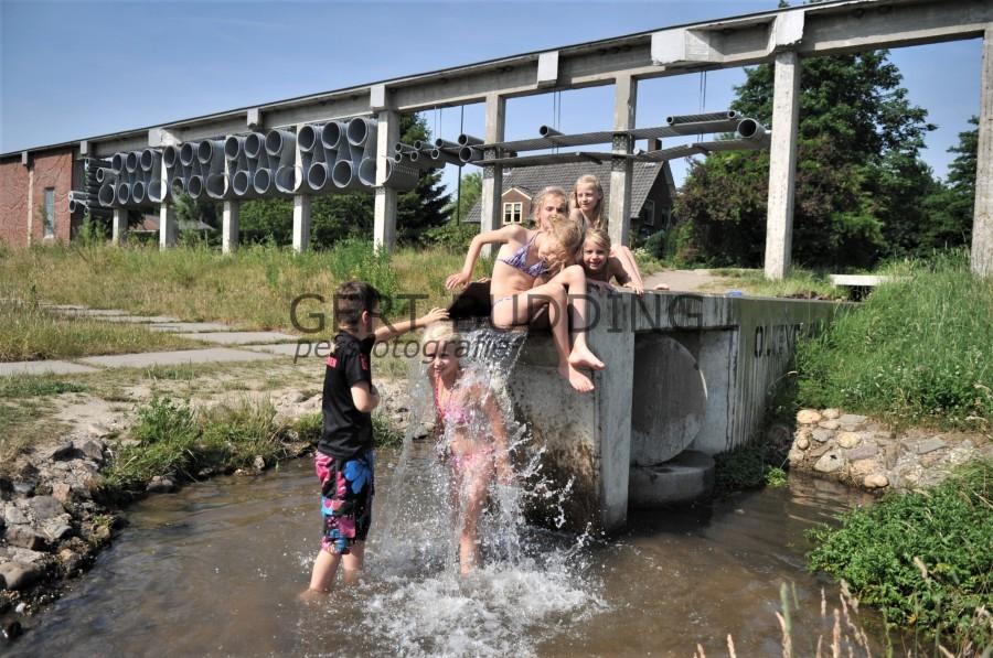 Kinderen hebben waterpret in het Renkums beekdal