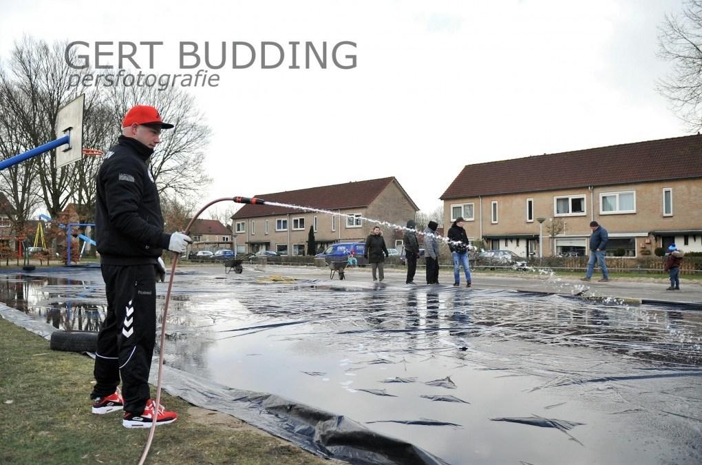 Bewoners 'witte stad' Renkum maken zelf schaatsbaan