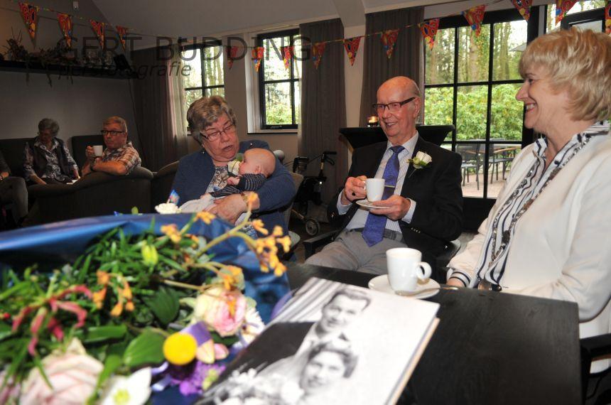 Felicitaties van burgemeester Agnes Schaap voor jubilerend echtpaar Van Elden