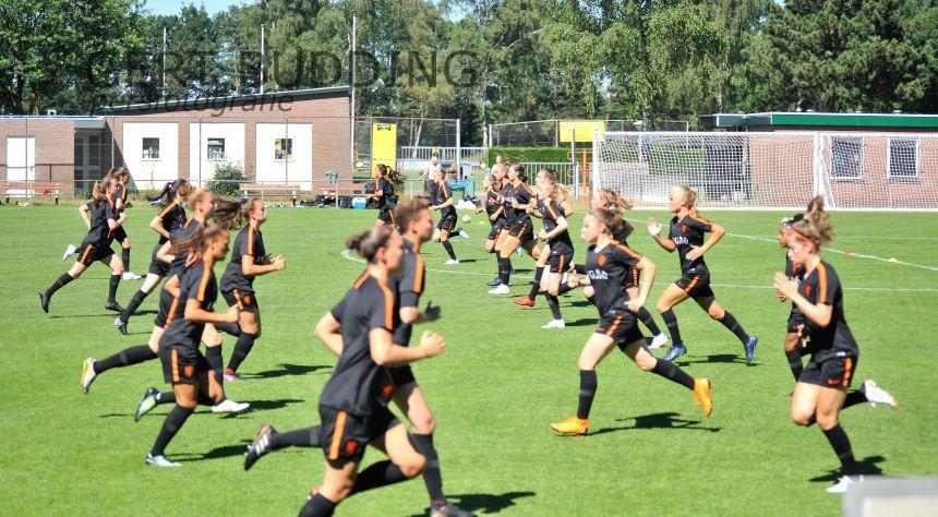 Oranje vrouwen onder 20 jaar bereiden zich voor op WK in Heelsum