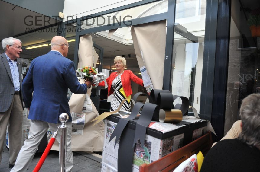 Burgemeester Agnes Schaap opent Pop Up papiertentoonstelling Renkum.
