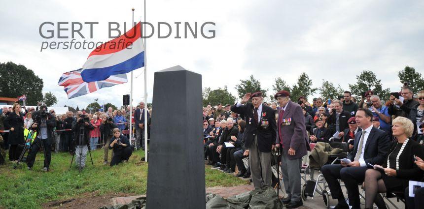 Veteranen Steve Morgan en Frank Ashleigh onthullen monument Renkumse heide