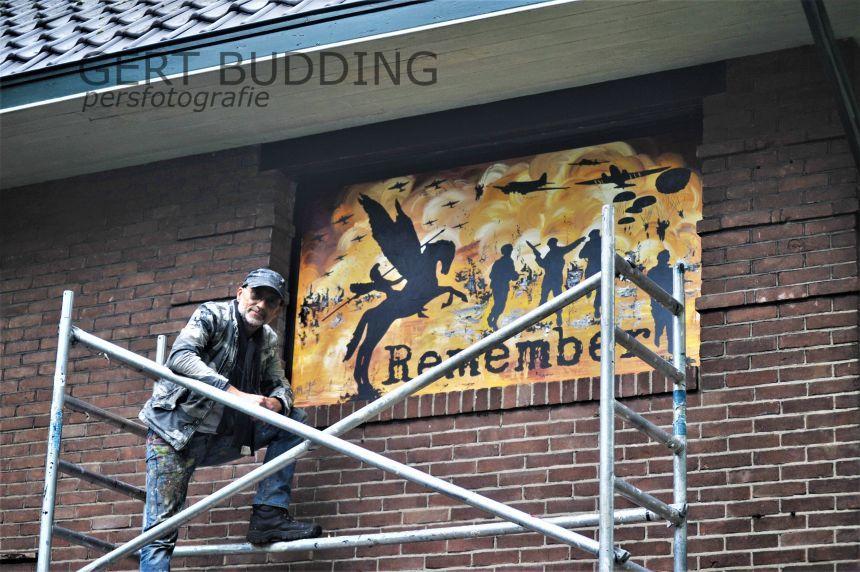 Kunstenaar Ziëck maakt schilderij woning Heelsum