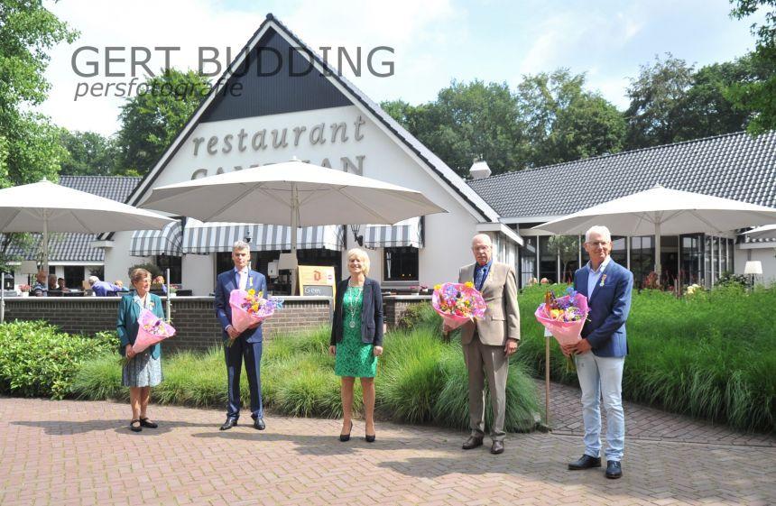 Vier Renkumers krijgen in restaurant Campman lintjes van burgemeester Agnes Schaap