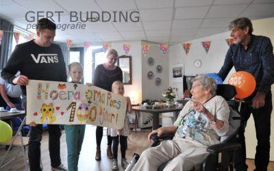 Sofie en Lotte feliciteren 100-jarige Tootje de Feiter in verpleeghuis De Rijnhof