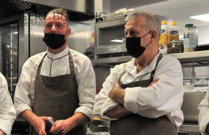 Ondanks zijn gepensioneerde leeftijd, blijft chef-kok Bert van den Boogert (rechts) nog twee dagen in de week actief bij restaurant Campman Renkum. Mark Vos wordt zijn opvolger.