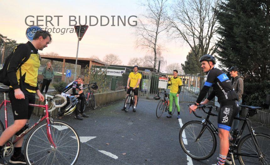 Niet voetballen, dan maar 230 kilometer fietsen denken Redichem spelers