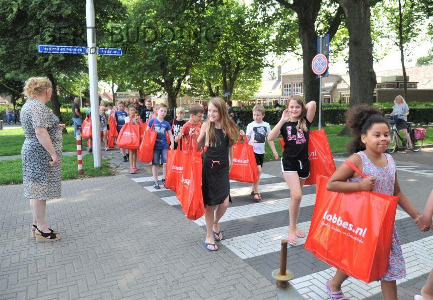 Scholieren Beatrixschool en ouders zorgen met behulp van ondernemers, en Renkum voor Elkaar voor gevulde tassen voor kinderen die niet op vakantie kunnen
