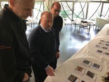 Mr. Schooling präsentiert der Jury das gedruckte Kochbuch