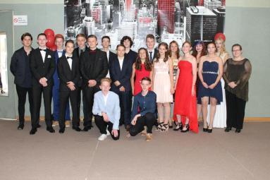 Gesamtschule-Petershagen_Abschlussfeier-Klasse-10-im-SJ-2015-16_-Klasse-10-b-mit-Frau-Schulze