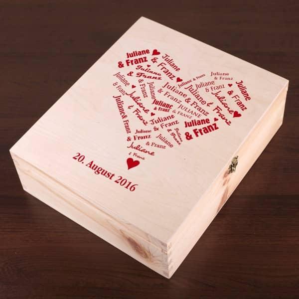 Holzkiste mit Herzaufdruck  als Geschenkverpackung zur