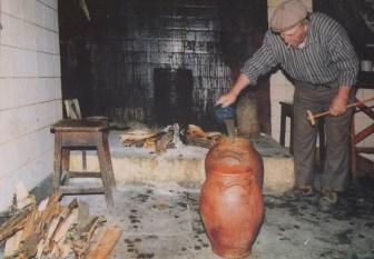Alfredo bei der Herstellung des Queijo de Azeitão