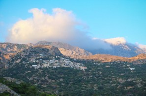 Agios Ioannis mitten in den Bergen gelegen